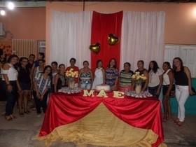 Mães e filhos do SCFV ganham festinha.