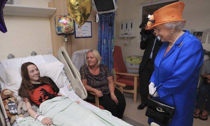 Rainha Elizabeth visita vítimas de ataque em Manchester no hospital
