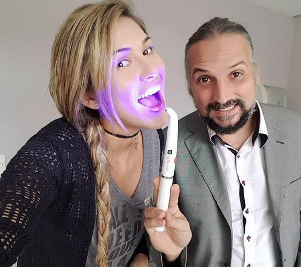 Livia Andrade e seu dentista