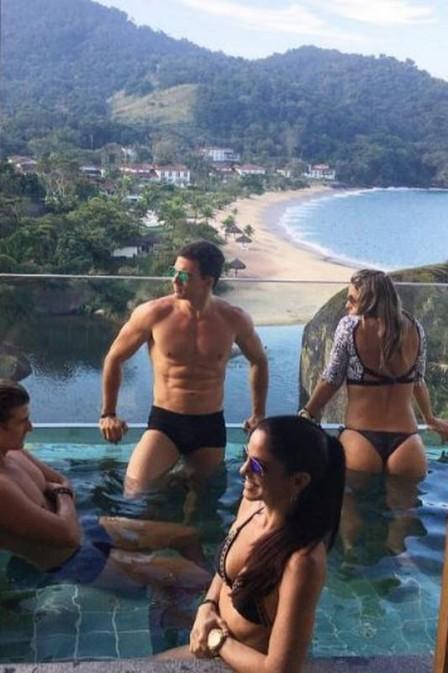 Reynaldo Gianecchini posta foto e olhar indiscreto deixa fã curiosa