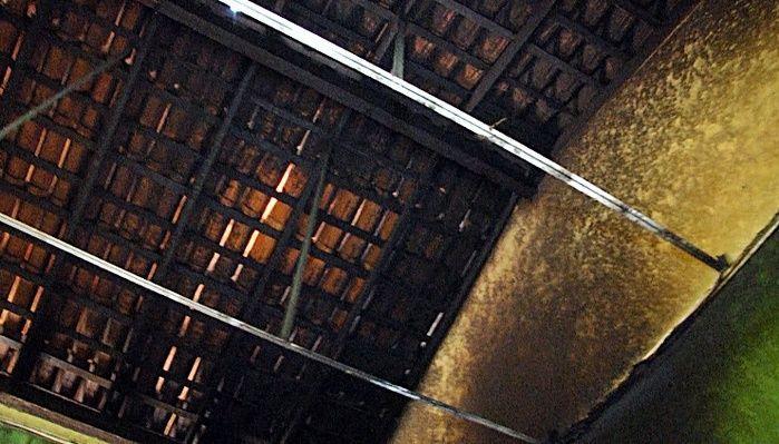 Fogo atingiu o teto das salas.  (Crédito: João Júnior / Rede Meio Norte)