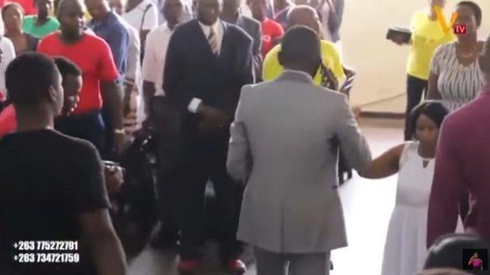 """Pastor evangélico """"fala com Deus"""" pelo celular durante culto"""