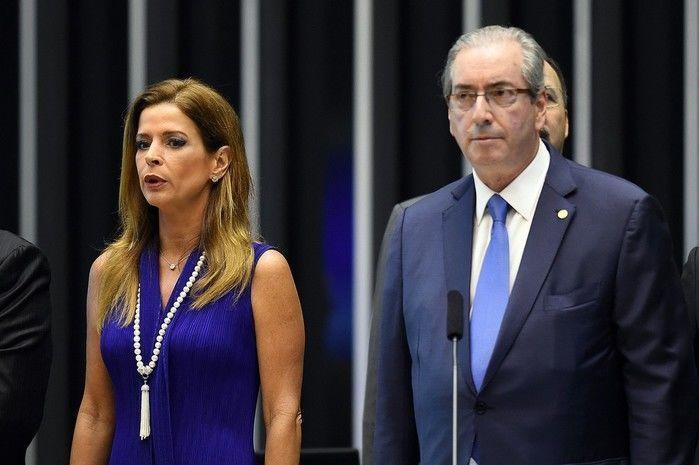Claudia Cruz, mulher do então presidente da Câmara dos Deputados Eduardo Cunha, ao lado dele durante cerimônia no Congresso em novembro de 2015  (Crédito: Arquivo)