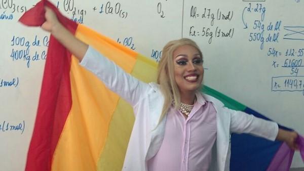 Professor dar aula vestido de drag e fala de tolerância e respeito