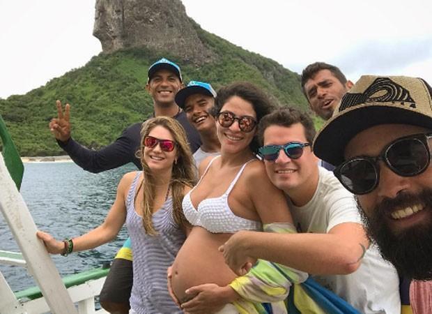 Carol Castro posta clique de biquíni e comemora:'Barriga em festa'