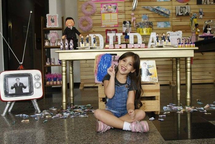 Criança comemora aniversário com tema de festa de Silvio Santos