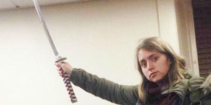 Par denunciar racismo em universidade, jovem faz post com espada
