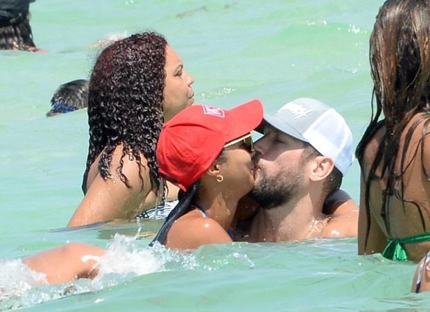 Lais Ribeiro curte praia com namorado