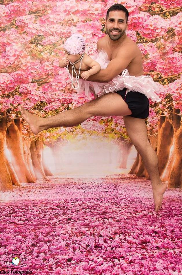 Pai cumpre a promessa de fazer um ensaio vestido de bailarina