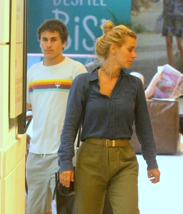 Carolina Dieckmann vai a shopping com filho  (Crédito: Agnews)