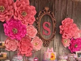 Aprenda a fazer flores gigantes de papel para compor sua decoração