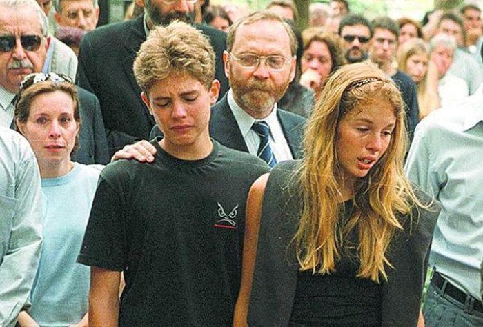 Andreas von Richtofen e Suzane no enterro dos pais