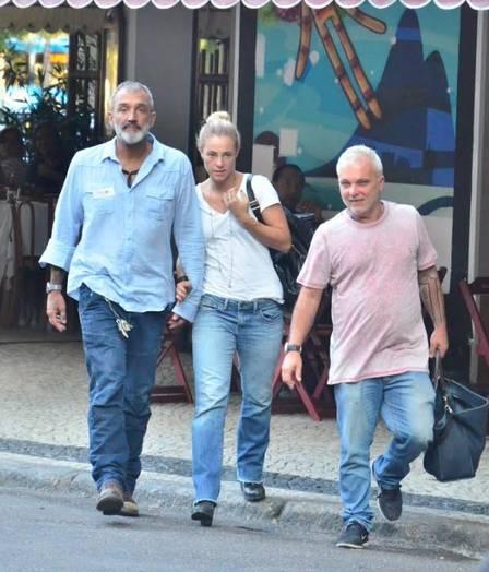 Sem maquiagem, Paola passeia com o namorado no Rio de Janeiro