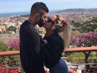Gabigol e Rafaela Beckran aos beijos