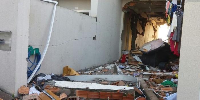 Homem acende a luz de casa e causa explosão por vazamento de gás