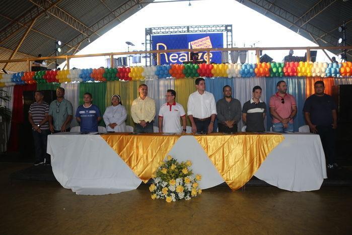 Ai centro da mesa (camisa branca) i diretor da faculdade Estácio/Ceut, Renan Brandão (Crédito: Efrém Ribeiro)