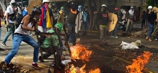 Multidão protesta e danifica prédio de prefeitura na Venezuela