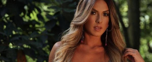 Nicole Bahls tira fôlego de seguidor ao posar com lingerie