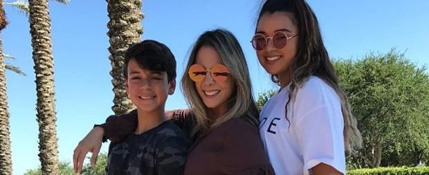 """Carla Perez posa com os 2 filhos e impressiona: """"Amores da mamãe!"""""""