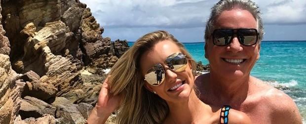 Roberto Justus e Ana Paula Siebert posam juntos em nova lua-de-mel