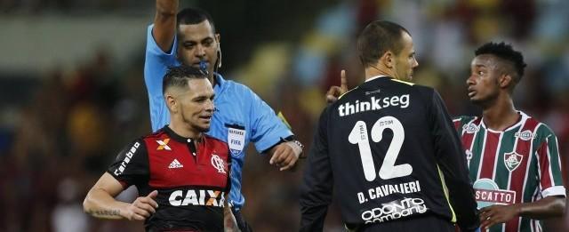"""Árbitro acusado de vibrar com gol do Fla desabafa:""""Me crucificando"""""""