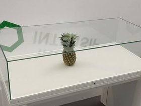 Abacaxi abandonado em exposição é confundido com obra de arte