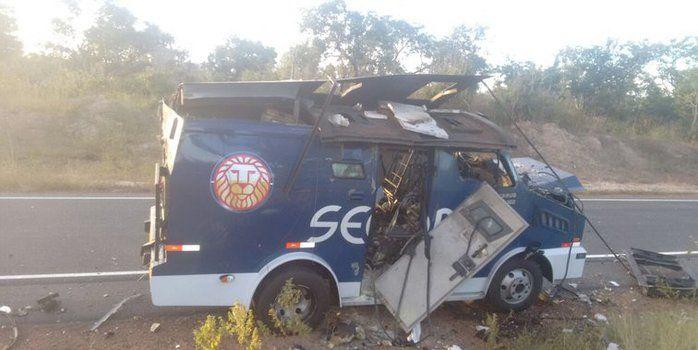 Carro-forte explodido por criminosos em Floriano (Crédito: Reprodução)