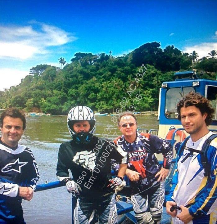 Aécio Neves posa ao lado de motociclistas