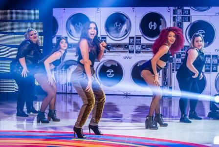 Anitta canta sucesso ''Paradinha'' com bailarinas