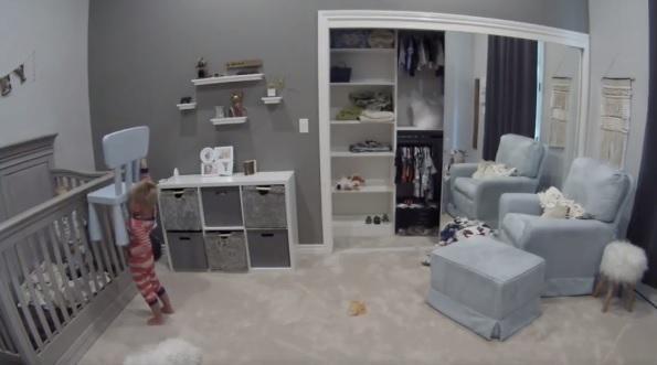 Vídeo de criança ajudando irmãozinho a sair do berço viraliza