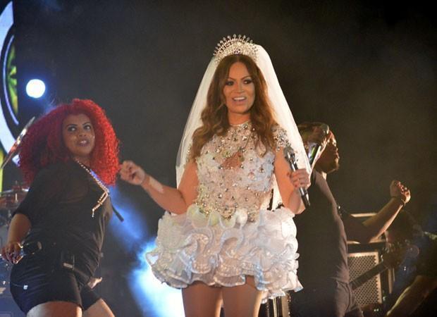 Sol Almeida vira noiva sex e arrastão multidão para arraiá