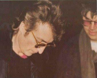 Lennon dando autógrafo para seu assassino