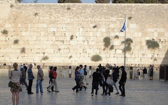 Mulher fica nua diante do Muro das Lamentações e é presa