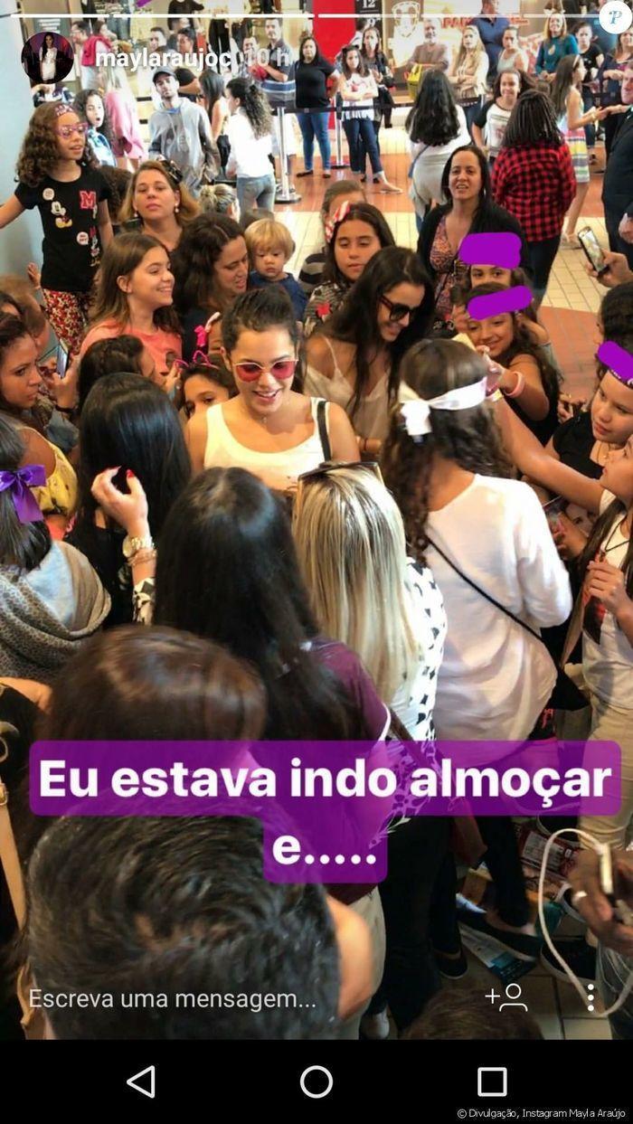 Emilly e Mayla tentam se promover ao atender fãs de Larissa  Manoela