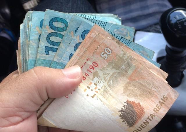 Taxista devolve carteira com R$ 1,2 mil perdida por passageira
