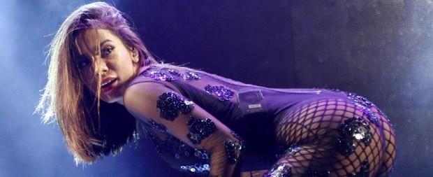 Com look sexy, Anitta anima público e faz 'sarrada' em festa junina