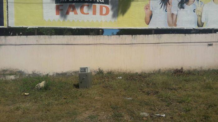 Cofre abandonado na zona Leste (Crédito: Efrém Ribeiro)
