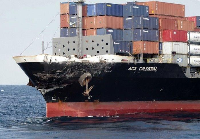 Dano no navio mercante com bandeira das Filipinas que se chocou com o destróier USS Fitzgerald na costa do Japão (Crédito: Reprodução)