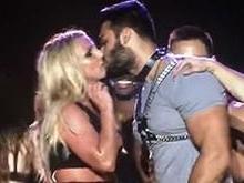 Britney Spears dá beijão no namorado em cima do palco