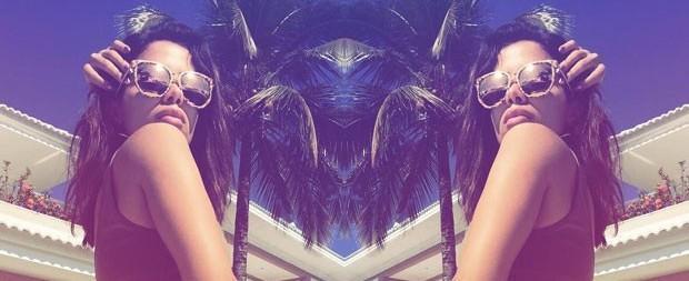 Anitta posa em dose dupla e mostra tatuagem de biquíni