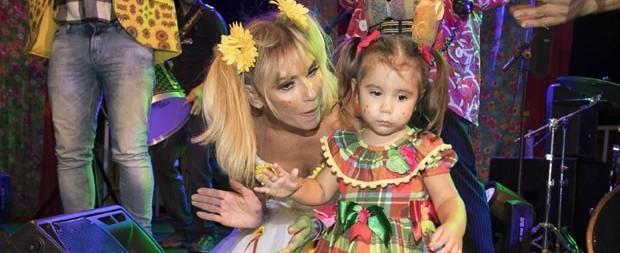 Deborah Secco é noiva em festa junina com Maria Flor no colo