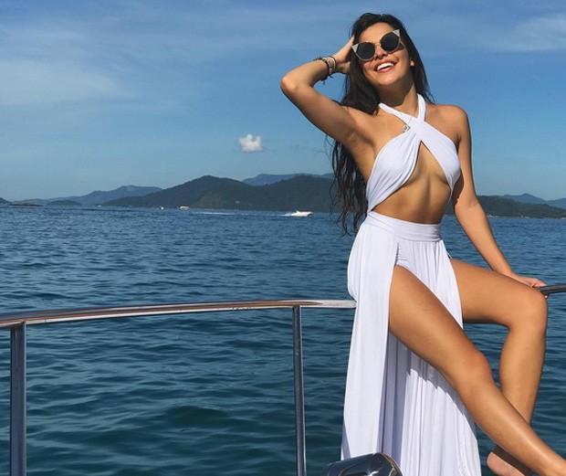 EX-BBB Emilly Araújo posa vestida de sereia em Angra dos Reis
