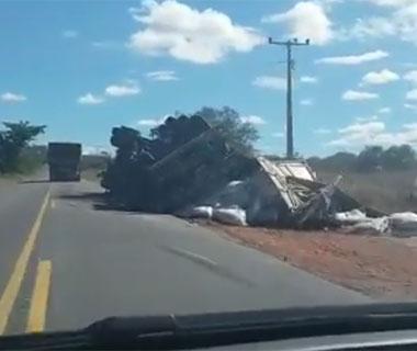 Caminhão tomba na BR-135 após 24 horas da tragédia com ônibus
