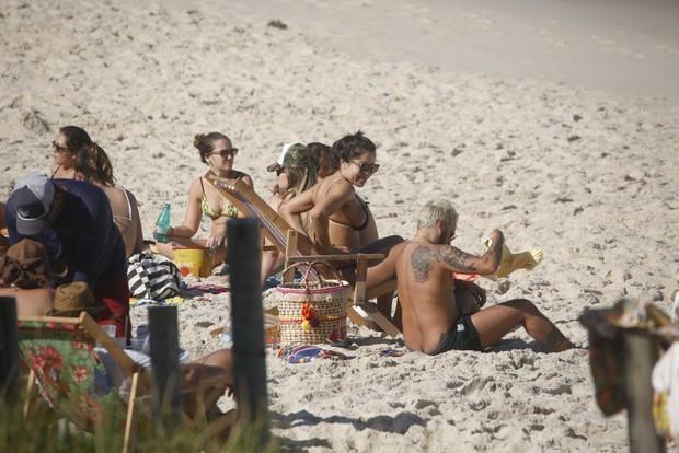 Thammy Miranda curte praia com namorada