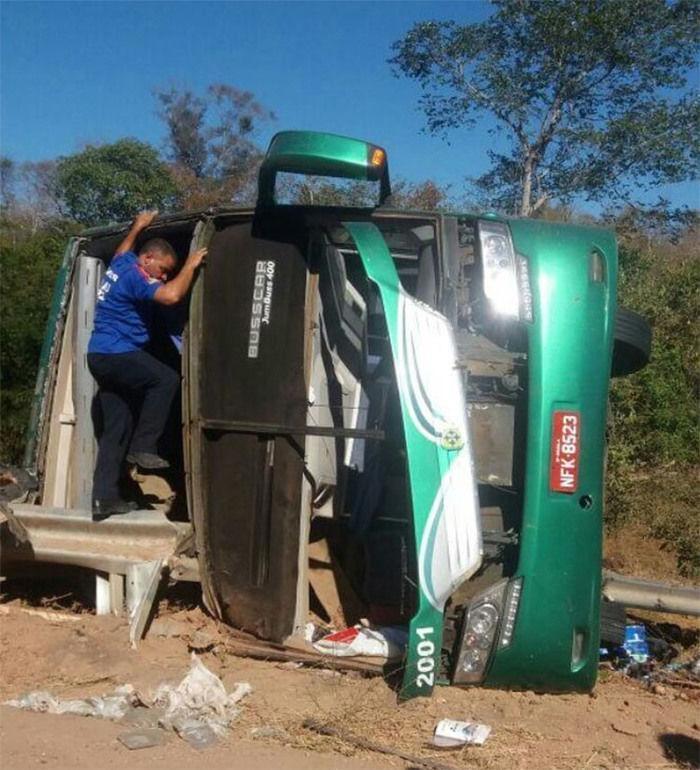 Ônibus envolvido no acidente na BR-135 (Crédito: Divulgação)