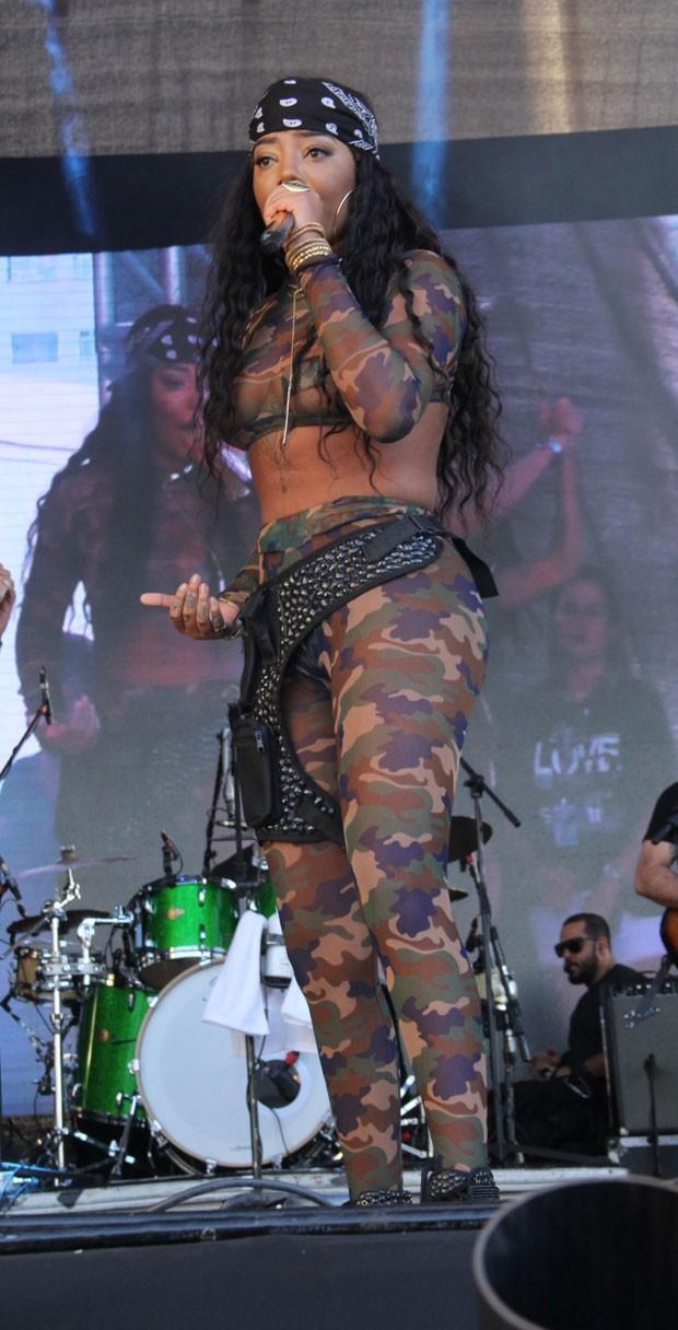 Ludmilla usa look ousado e quase deixa seio à mostra durante show