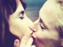 Contra homofobia, Carol Dieckmann e atriz dão beijo na boca