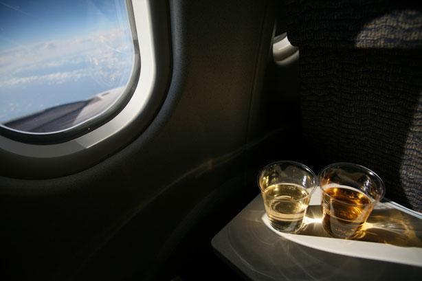 Comissário de bordo revela o que você nunca deve beber em um avião