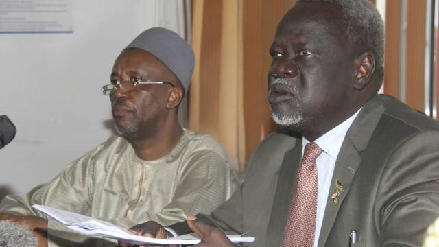 O ministro da Saúde Riek Gai Kok e Abdulmuini Usman, da Organização Mundial da Saúde (Crédito: Reprodução)