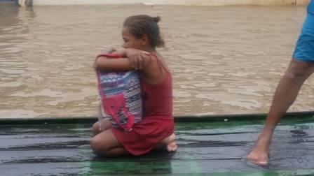 Fugindo da enchente, menina escolhe salvar livros e comove as redes